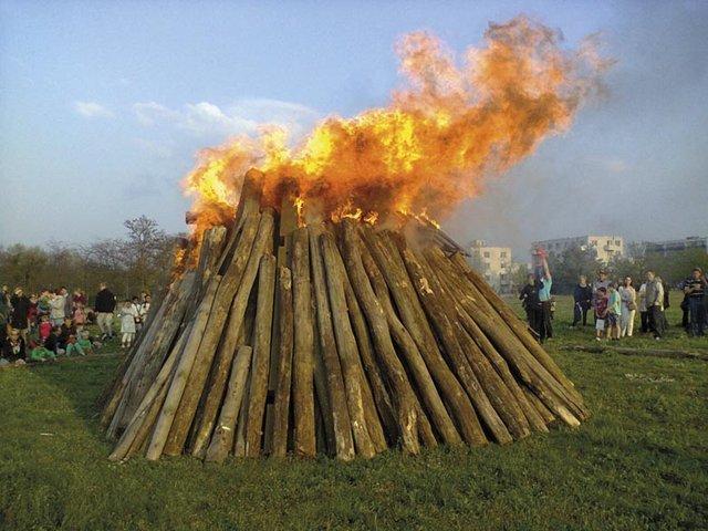 Großes Osterfeuer im Volkspark