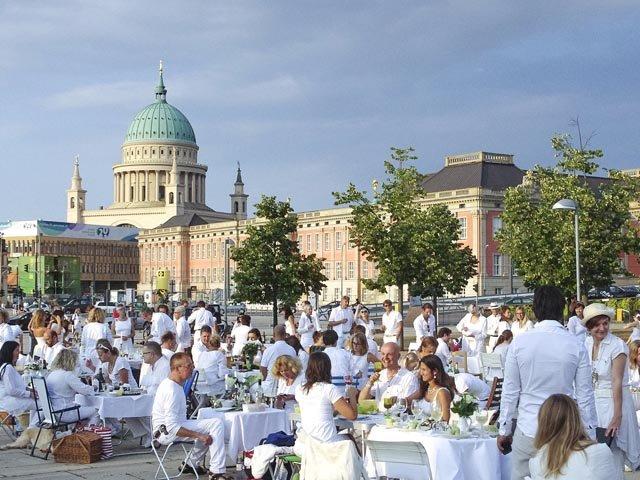 Geheimes Diner in Weiß